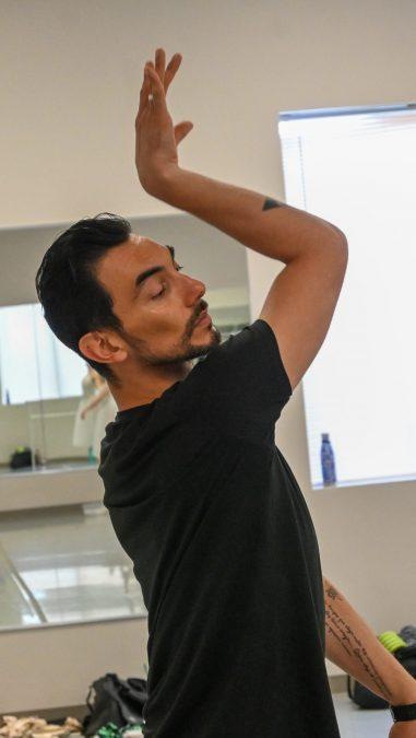Aldo Kattón leading rehearsal