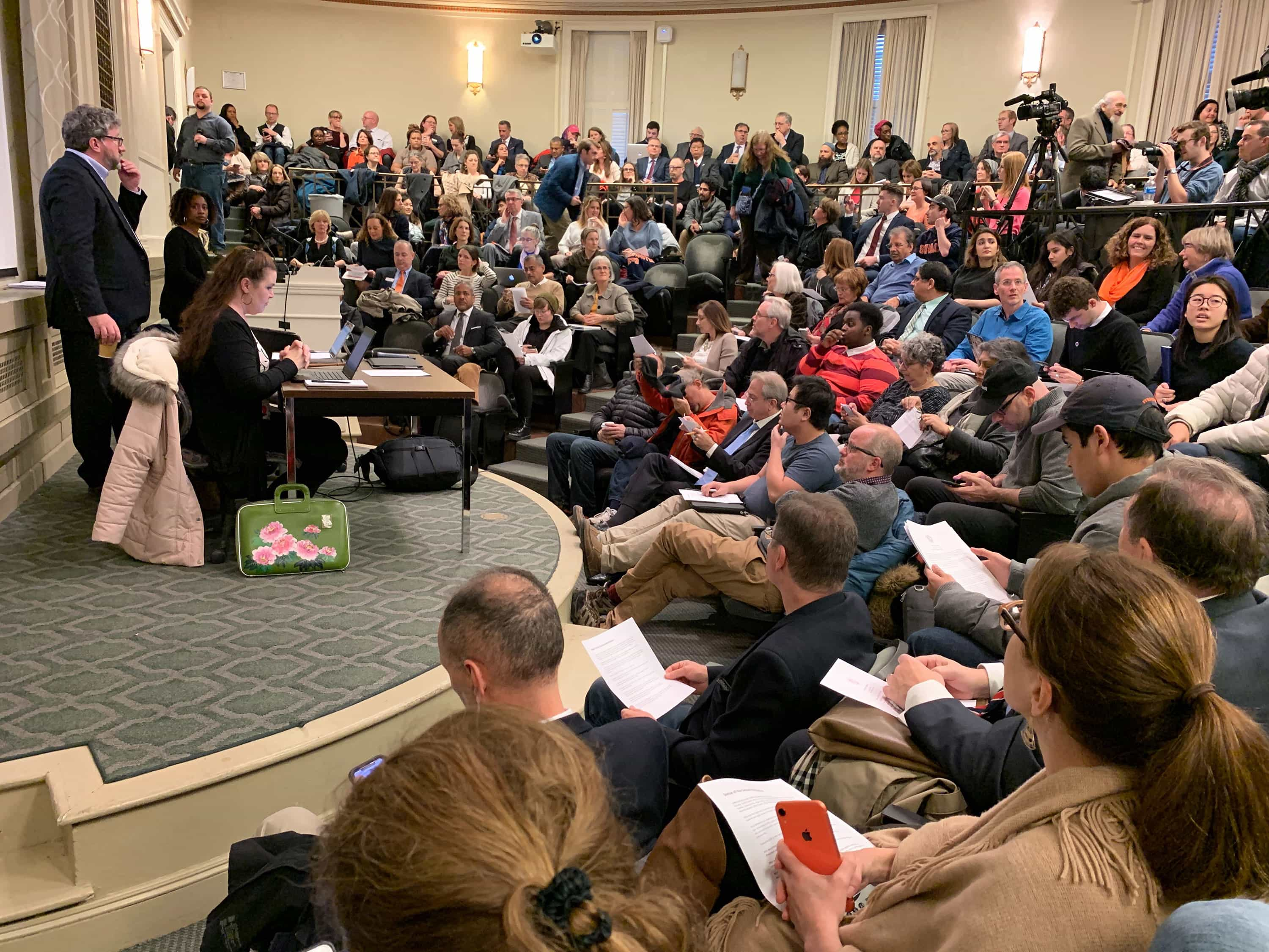 SU faculty members and students packed Maxwell Auditorium on Wednesday for a University Senate meeting to discuss recent campus controversies.